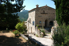 中世纪石大厦在山村在法国的Drome地区 免版税库存图片