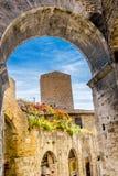 中世纪石曲拱塔街道圣吉米尼亚诺托斯卡纳意大利 库存图片