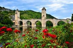 中世纪石桥梁在卡奥尔,有英国兰开斯特家族族徽的法国 图库摄影