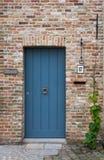 中世纪砖房子的蓝色门 库存图片