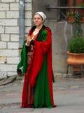 中世纪礼服的塔林11月2.女孩在市政厅广场我 免版税库存图片