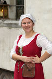 中世纪礼服的塔林11月2.女孩在市政厅广场我 免版税库存照片