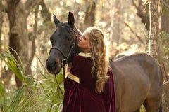 中世纪礼服的妇女有马的 库存图片