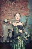 中世纪礼服的美丽的妇女 免版税库存图片