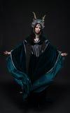 中世纪礼服的美丽的幻想矮子妇女 免版税库存图片