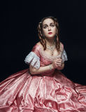 中世纪礼服的年轻美丽的妇女在黑色 图库摄影