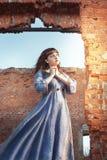 中世纪礼服祈祷的妇女 免版税库存照片