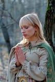 中世纪祈祷的妇女 库存照片