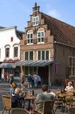 中世纪称的房子的游人在Oudewater 图库摄影