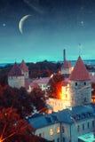 中世纪童话城市在晚上 免版税库存照片