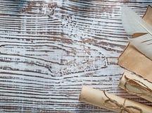 中世纪羊皮纸纸卷在葡萄酒木板的羽毛 库存照片