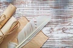 中世纪羊皮纸被捆绑的纸在葡萄酒木头bo滚动羽毛 免版税库存图片