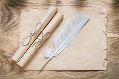 中世纪羊皮纸移动在木板的羽毛 免版税库存图片