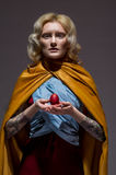 中世纪美丽的礼服和复活节彩蛋的女孩 免版税库存照片