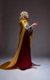 中世纪美丽的礼服和复活节彩蛋的女孩 库存图片