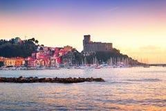 中世纪老城堡和五颜六色的大厦看法  免版税库存图片