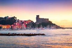 中世纪老城堡和五颜六色的大厦看法  免版税库存照片
