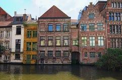 中世纪色的大厦行沿Lys河荷兰语的:利斯河春天风景照片 免版税库存图片