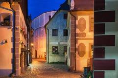 中世纪街道在捷克克鲁姆洛夫老镇,平衡看法 cesky捷克krumlov中世纪老共和国城镇视图 库存图片