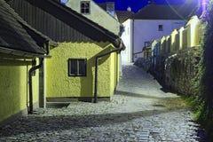 中世纪街道在捷克克鲁姆洛夫老镇,平衡看法 cesky捷克krumlov中世纪老共和国城镇视图 免版税库存图片