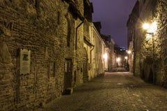中世纪街道在老镇在晚上,塔林 免版税库存照片