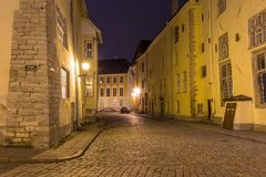 中世纪街道在老镇在晚上,塔林 免版税库存图片
