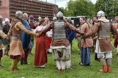 中世纪衣裳的人们 库存图片