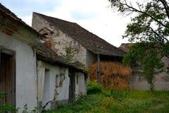 中世纪被加强的撒克逊人的教会的庭院在Ungra,特兰西瓦尼亚 库存图片