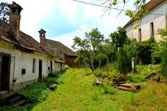 中世纪被加强的撒克逊人的教会的庭院在Ungra,特兰西瓦尼亚 图库摄影