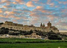 中世纪被围住的被加强的城市地中海的姆迪纳拉巴特大教堂圣保罗和地平线的史诗日落视图  图库摄影