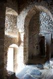 中世纪被成拱形的城堡的门道入口 免版税图库摄影