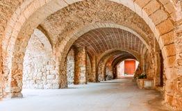 中世纪被成拱形的街道在老镇Pertallada,卡塔龙尼亚, 库存图片