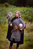 中世纪装甲的女孩,拿着猫头鹰 库存照片