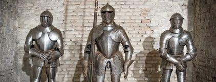 中世纪装甲骑士钢金属水平的砖墙褐色 库存照片