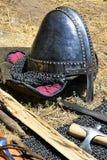 中世纪诺曼底类型与鼻子保护片断和边的圆锥形盔甲保护与在织品补白安置的chainmail在旁边 免版税库存照片