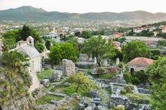 中世纪镇的黑山废墟谷和小山的背景的 库存图片