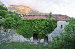 中世纪镇的黑山废墟 库存图片