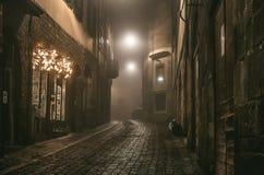 中世纪镇老欧洲狭窄的空的街道在一个有雾的晚上 采取在贝加莫, Citta亚尔他, Lombardia 图库摄影