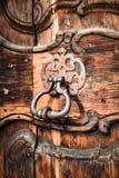 中世纪门户的古老通道门环 免版税图库摄影