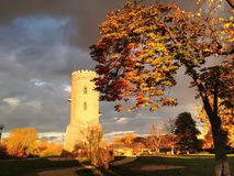 中世纪防御塔在剧烈的天空下 库存照片