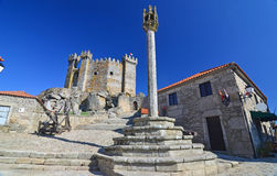 中世纪颈手枷和城堡 图库摄影