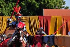 中世纪马背射击的骑士 免版税库存图片