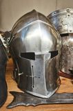 中世纪骑士发光的金属盔甲有传统武器的在一个中年题材节日 免版税图库摄影