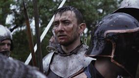 中世纪骑士在有他的剑的战场中间站立 股票录像