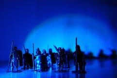 中世纪骑士微型小雕象戏弄,军团战士骑士纪念品微型小雕象,曲拱轻的黑暗的背景 库存图片