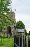 中世纪高耸和尖顶的建筑看法看见与英国旗子飞行 库存照片