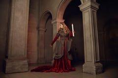 中世纪caslte的少妇 图库摄影