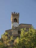 中世纪crenellated砖墙钟楼在布里西盖拉 库存图片