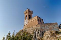 中世纪crenellated砖墙钟楼 图库摄影