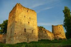 中世纪Izborsk堡垒墙壁和塔的看法在太阳 图库摄影